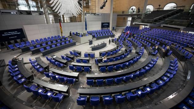 Der deutsche Bundestag wird nicht nur größer als in der auslaufenden Legislaturperiode, sondern auch bunter. (Bild: APA/dpa/Fabian Sommer)