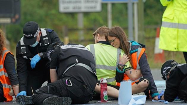In der Nähe des Londoner Flughafens Heathrow blockierten Klimaaktivisten eine Autobahn. Die Polizei nahm 50 Personen fest. (Bild: AP)