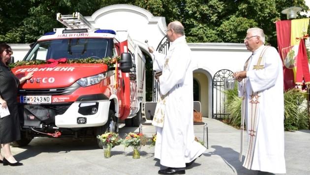 Das neue Einsatzfahrzeug wurde vom Halbturner Pfarrer gesegnet. (Bild: Reinhard Rovny)