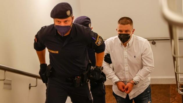 In Handschellen und mit FFP2-Maske kam der Mordangeklagte. (Bild: Tschepp Markus)