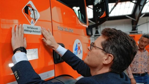 Stadtrat Jürgen Czernohorszky (SPÖ) klebte den Sticker höchstpersönlich am Müllfahrzeug an. (Bild: Zwefo)