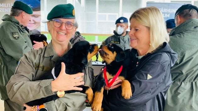 DDr. Sylvia Sperandio und Ministerin Klaudia Tanner mit ihren beiden Patenhunden (v.l.n.r.) (Bild: Katharina Lattermann)
