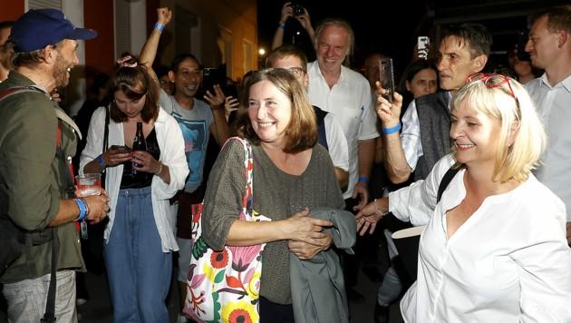 KPÖ-Chefin Elke Kahr und ihre Klubobfrau Claudia Klimt-Weithaler während der Wahlparty der Kommunisten im Volkshaus (Bild: APA/ERWIN SCHERIAU)