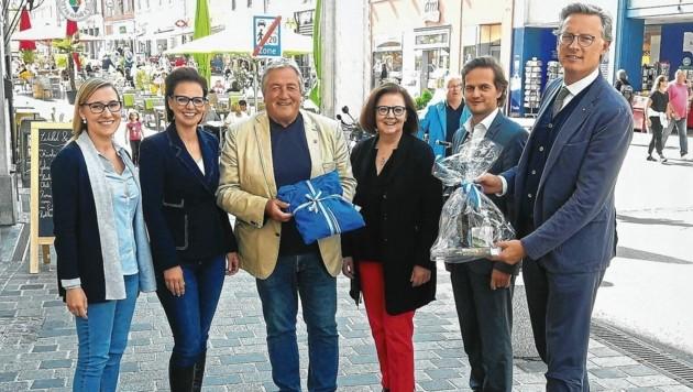 VAG-Geschäftsführer Johannes Hörl mit den Mitgliedern des Alpenstraßen-Aufsichtsrates sowie mit dem nach knapp 20 Jahren ausscheidenden Vorsitzenden Gerhard Kofler. (Bild: Villacher Alpenstraße)