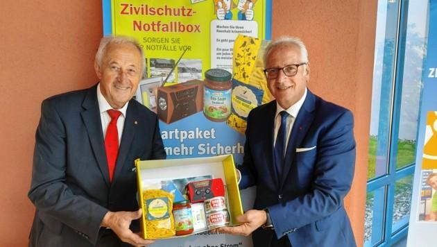 Rudolf Schober und Reinhart Rohr mit der Notfallbox. (Bild: Andreas Walcher)