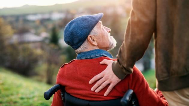 Ein erwachsener Enkel möchte seinen Großvater wöchentlich besuchen - die Erwachsenenvertreterin ist dagegen. (Symbolbild) (Bild: ©Halfpoint - stock.adobe.com)