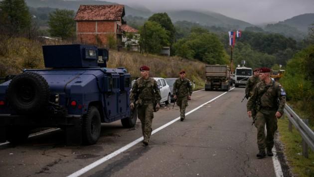 An der Grenze zwischen Serbien und dem mehrheitlich albanischen Kosovo sind Militärs mit Panzerfahrzeugen und schwer bewaffnete Spezialeinheiten der Polizei aufmarschiert. (Bild: AFP)