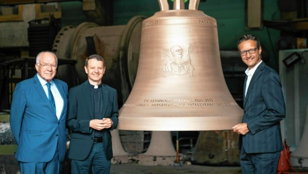 Tirols Altlandeshauptmann Herwig van Staa, Christian Marte, Rektor des Jesuitenkolleg, und Marius Wolf vom Cartellverband (von links) bei der feierlichen Einweihung der neuen Glocke. (Bild: Ruech)