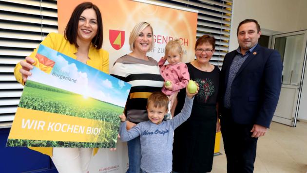 Landeshauptmann-Stellvertreterin Astrid Eisenkopf gratuliert Klingenbach zu seiner Vorbildrolle. Auch Bürgermeister Richard Frank freut sich über die erfolgreiche Biowende im Ort. (Bild: LMS)