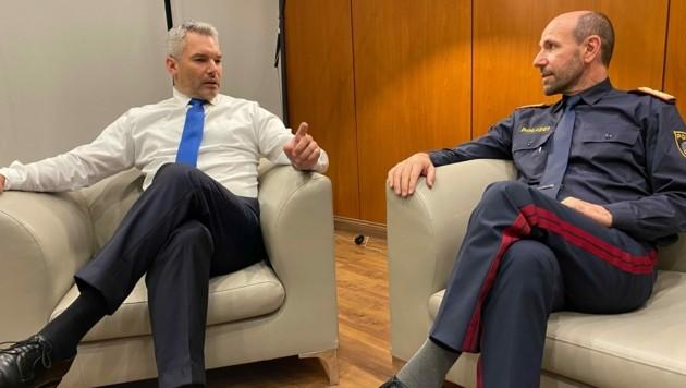 Die Landung in Albanien wurde untersagt - Innenminister Karl Nehammer und der Generaldirektor für öffentliche Sicherheit, Franz Ruf, saßen daher für einige Stunden im Kosovo fest. (Bild: Sandra Ramsauer)