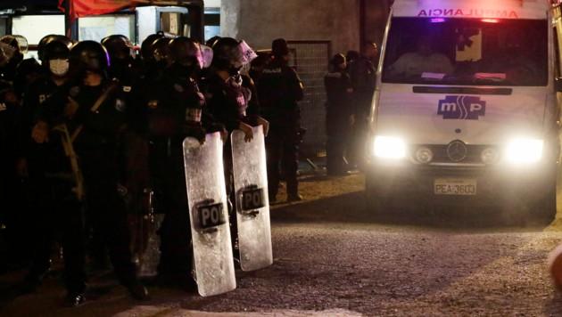 Polizei und Krankenwagen vor dem Gefängnis (Bild: The Associated Press)