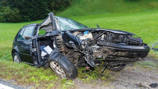 Der VW Golf des 21-Jährigen wurde bei dem Aufprall völlig zerstört. (Bild: Bernd Hofmeister)
