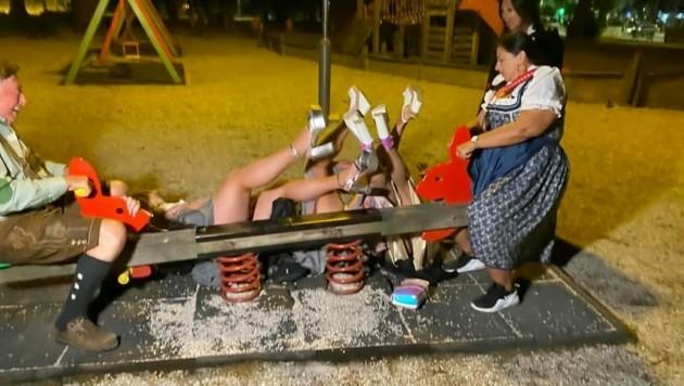 """Die Damen hatten schon ein paar Gläschen """"gekippt"""" und fielen rücklings von der Schaukel. (Bild: ATV)"""