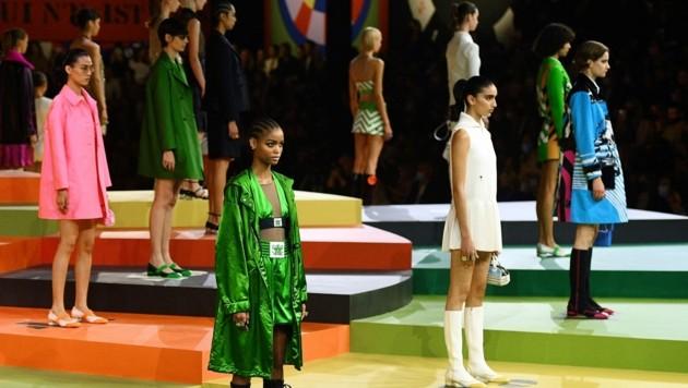 Dior schickte seine Models auf einen Laufsteg, der wie ein Schachbrett angeordnet war. (Bild: AFP)