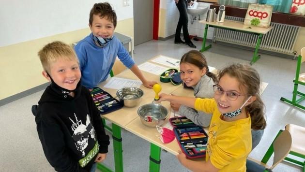 Spaß steht in der Forscherstunde im Vordergrund: Die Kinder probieren mit ihrer Pädagogin einiges aus und lernen so spielerisch über Naturwissenschaften. (Bild: Cluster Illmitz)