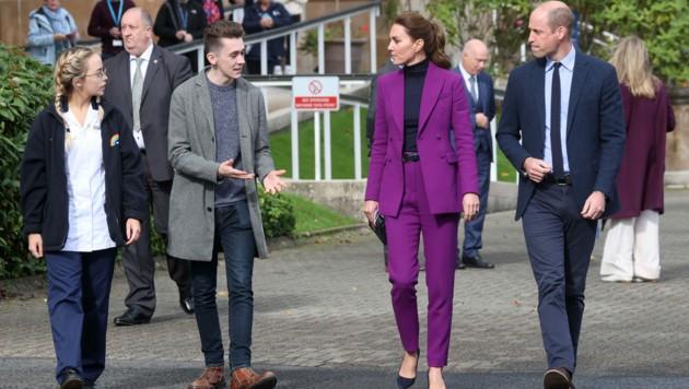 Prinz William und Herzogin Kate im Gespräch mit Studenten in Londonderry (Bild: Chris Jackson / PA / picturedesk.com)