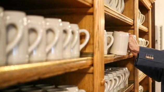 Einen schweren Maßkrug aus Keramik soll der Angeklagte grundlos als Waffe benutzt haben. (Bild: Tröster Andreas)