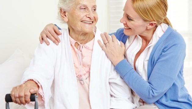 Der Pflegeberuf zieht laut Studie junge Menschen durchaus an, die Job-Chancen sind bestens (Bild: Robert Kneschke)