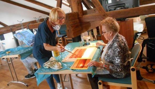 Regelmäßig arbeitet die Künstlerin Daniela Gwercher mit den Schwazer SeniorInnen an Bildern für eine gemeinsame Ausstellung. (Bild: Freiwilligenpartnerschaft)