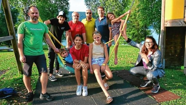 Landesrätin Sara Schaar (rechts) zu Besuch beim Sommer-Feriencamp des Landes Kärnten in Cap Wörth, wo nun auch in den Herbstferien eine betreute Ferienwoche angeboten wird (Bild: Büro LR.in Schaar)