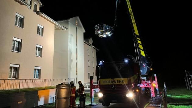 Die Feuerwehr Werdenberg Süd war mit einem Kranwagen im Einsatz. (Bild: Kapo St. Gallen)