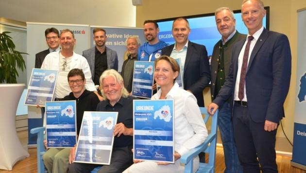 Die Preisträger gemeinsam mit den Spitzen der Sparkasse Imst. (Bild: Hubert Daum)