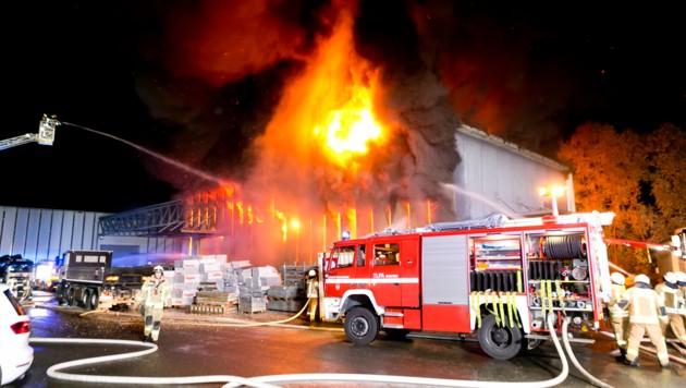 Die Feuerwehr Dornbirn war mit mehr als 100 Kräften im Einsatz. (Bild: Mathis Fotografie)