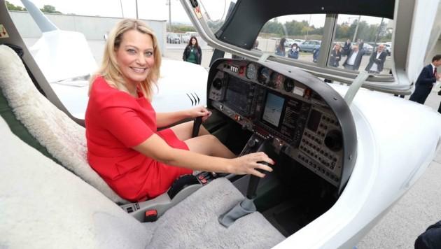 Landesrätin Daniela Winkler nahm persönlich im Cockpit der Diamond DA42 Twin Star Platz. (Bild: Judt Reinhard)
