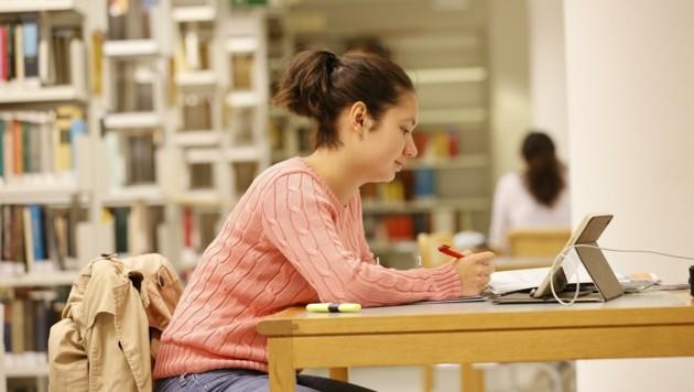 Auch für den Gang in die Bibliothek müssen Studenten 3G-Nachweis und Maske mitbringen (Bild: Tschepp Markus)
