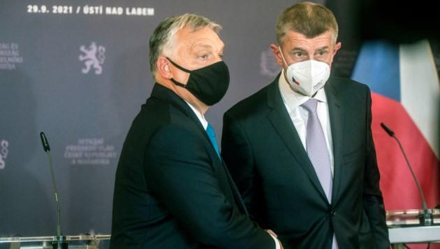 Ungarns Premierminister Viktor Orban und sein tschechischer Amtskollege Andrej Babis nach ihrer Pressekonferenz im Foyer des Stadttheaters im nordböhmischen Usti nad Labem. (Bild: AFP)