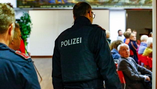 Polizei-Einsatz während der laufenden Info-Veranstaltung (Bild: Gerhard Schiel)