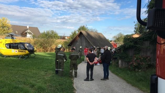 Nach dem schweren Sturz wurde der verletzte Bub vom Team des Rettungshubschraubers C16 versorgt. (Bild: Bfkdo Jennersdorf)