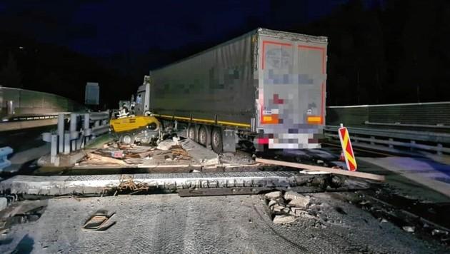 Der Lkw krachte gegen die Betonleitwand und schlitterte über die Eisenkonstruktion. (Bild: Freiwillige Feuerwehr Gmünd )