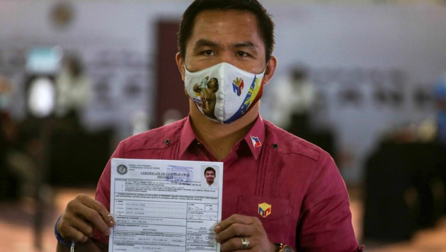 Manny Pacquiao zeigt das Zertifikat, das ihn als Präsidentschaftskandidat ausweist. (Bild: AP)