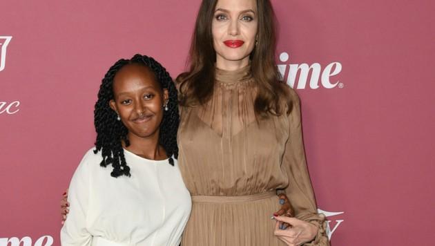 Angelina Jolie und Tochter Zahara gemeinsam am roten Teppich (Bild: 2021 Invision)