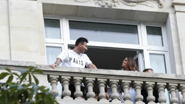 Messi bei seiner Ankunft in Paris im Hotel, in dem er mit seiner Familie zwischenzeitlich lebt. (Bild: AP)