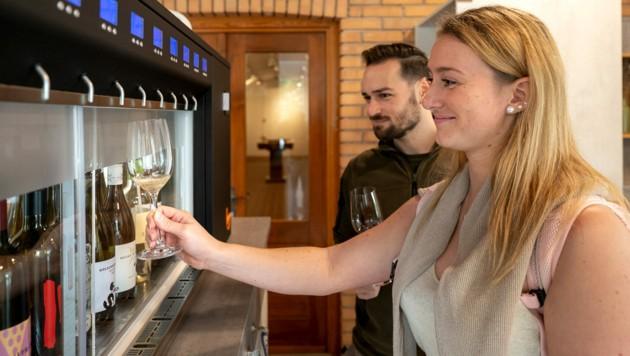 In der Gebietsvinothek Südburgenland können sich Besucher nun selbstständig am Weinautomaten bedienen. (Bild: Andreas Hafenscher/Weinidylle Südburgenland )