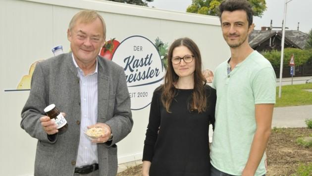 Neuer Kastl-Greissler in Echsenbach: Bürgermeister Josef Baireder (li.) sowie Aloisia und Ümit Derin. (Bild: René Denk)