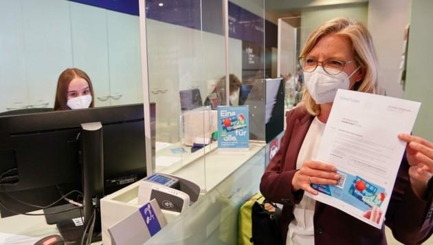 Umweltministerin Leonore Gewessler kaufte sich in Graz bereits ihr eigenes Klimaticket. (Bild: Sepp Pail)