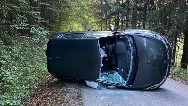 Der Unfallwagen kam nach dem Crash auf der Beifahrerseite zum Liegen. (Bild: AFK Weyer)
