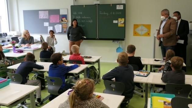 Stadtchef Köfer erkundigte sich, wie den Kindern die neuen Klassenzimmer gefallen (Bild: Martin Oberbichler)