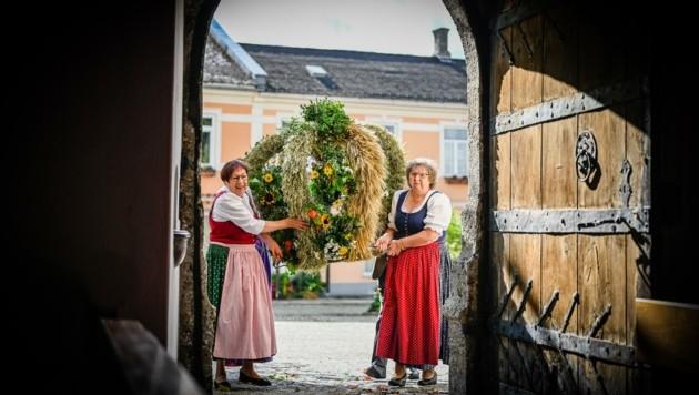 Die Frauen der Trachtengruppe in Kirchdorf/Krems mit der prächtigen Erntekrone (Bild: Alexander Schwarzl)