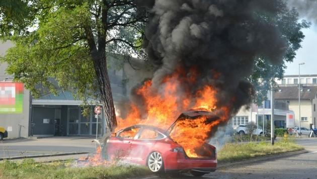 Das E-Auto brannte lichterloh. (Bild: KAPO Thurgau)