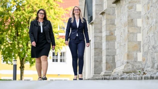Tanja Aigner (SP) und Nadine Humberger (VP) auf dem Weg ins Natternbacher Gemeindeamt. Am Sonntag entscheidet sich, wer das Rennen macht. (Bild: Wenzel Markus)