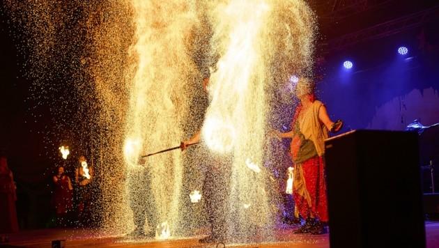 """Das Artisten-Trio """"Fire on Drums"""" beim spektakulären Finale der Ritterfest-Feuershow. (Bild: Yves Schoch)"""