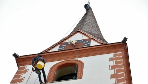 Der Spezial-Dachdecker Klaus Hainzer aus Osttirol bei der Arbeit. (Bild: Roland Holitzky)