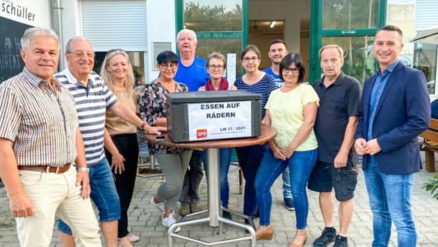 Vizebürgermeister Neumayer (li.) und Klubchef Hergovich (re.) mit den Ehrenamtlichen. (Bild: SPÖ Klub)