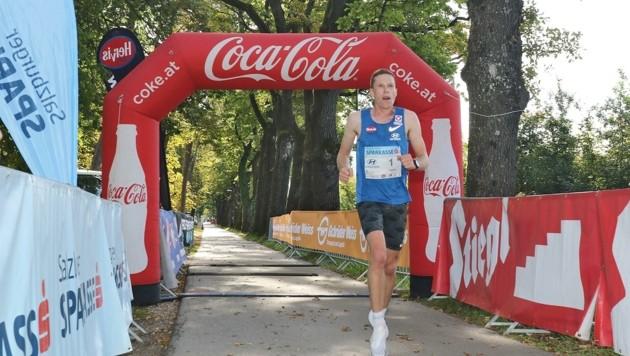 Allein im Ziel: Peter Herzog gewann den Salzburg-Halbmarathon souverän. (Bild: Lauf.Sport.Fest.Salzburg / Salzburg Cityguide)