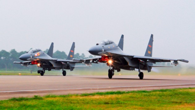 Chinesische Kampfflugzeuge beim Start (Bild: Jin Danhua/Xinhua via AP)