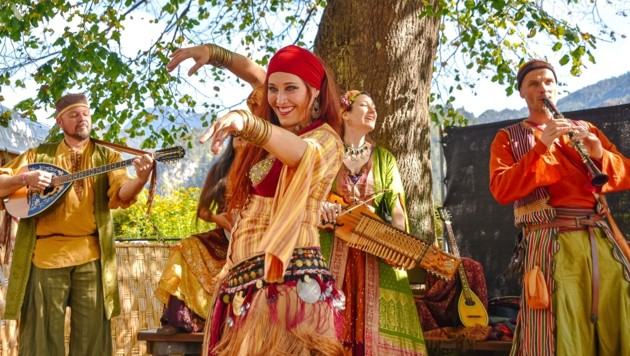 """Die Musikgruppe """"Oro"""" wusste mit fremdländischen Klängen & Tanz zu verzaubern. (Bild: Hubert Berger)"""